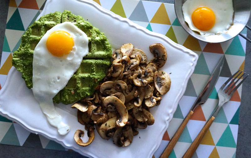 Gaufres salées, oeufs et poêlée de champignons